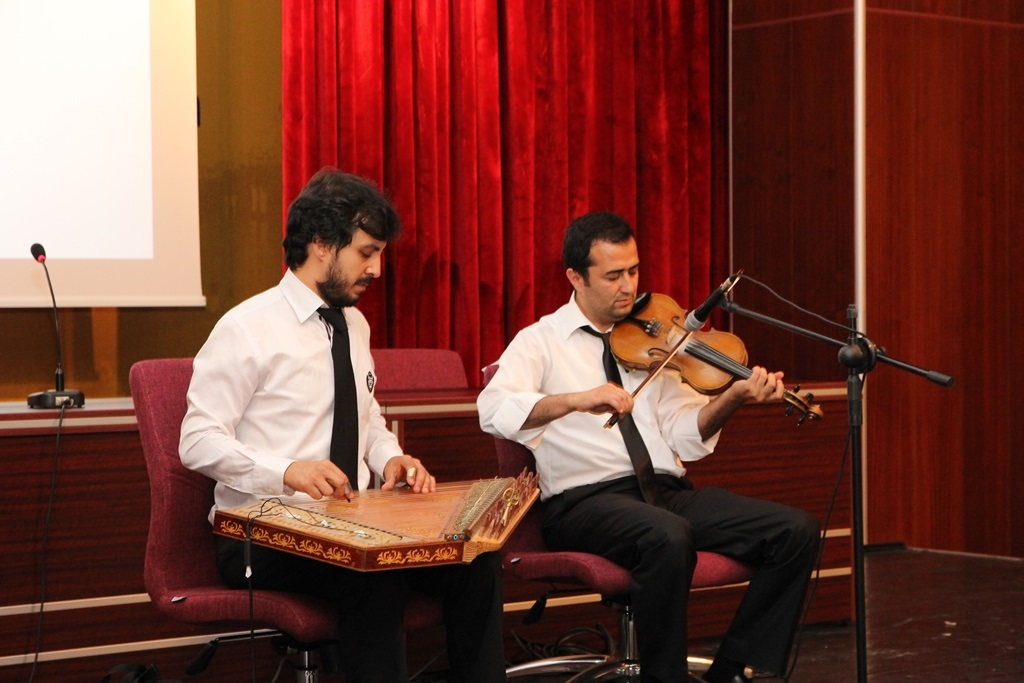 http://lisansustu.fatihsultan.edu.tr/resimler/upload/Yil-Sonu-Sergisi-Prof-Dr-Oktay-Aslanapa-Anisina-14120613.jpg